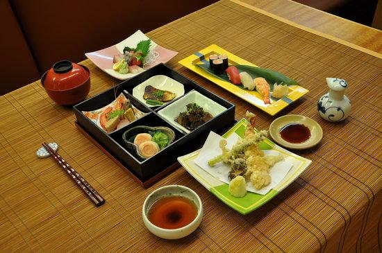 Service de table chinois ou japonais korea cute - Restaurant japonais paris cuisine devant vous ...